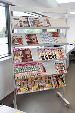 Een rek met tijdschriften en kranten
