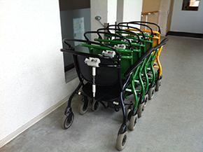 Klaarstaande rolstoelen voor patiënten in het onthaal