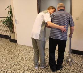 Verpleegkundige begeleidt oudere man