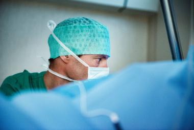 Anesthesist volgt aandachtig de operatie
