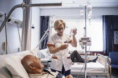 verpleegkundige aan bed patiënt