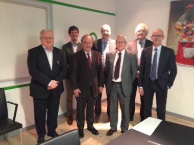 Afgevaardigden van AZ Delta, samen met de burgemeester en de stadssecretaris