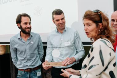 Foto prijsuitreiking met in midden dr. Demedts van dienst longziekten