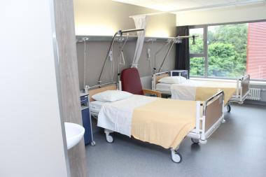 Een verzorgde ziekenhuiskamer met twee bedden