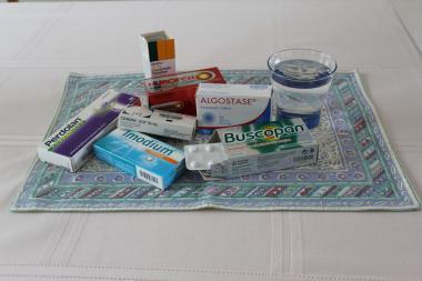 Een glas water op tafel bij een aantal geneesmiddelen
