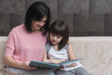 Moeder en kind lezen boek als voorbereiding operatie