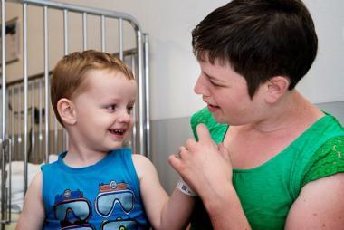 Mama en kindje in ziekenhuiskamer