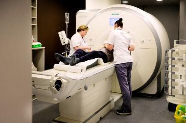 Twee verpleegkundigen bereiden een patiënt voor op een MRI-onderzoek