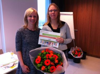 Ilse Weeghmans van het Vlaams Patiëntenplatform overhandigt oorkonde