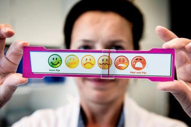 Een verpleegkundige toont het pijnlatje voor kinderen