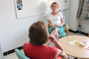 Een patiënte in gesprek met een psychologe