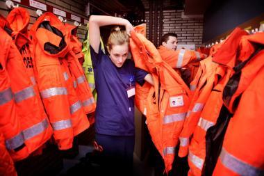 Twee verpleegkundigen trekken hun jas aan om uit te rukken met de MUG