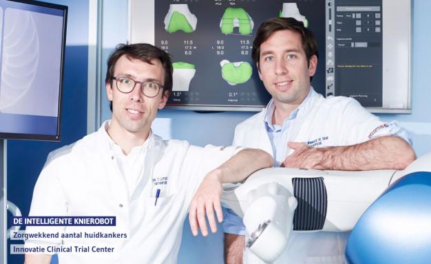 Twee artsen bij robot in operatiezaal