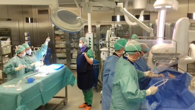 Artsen en verpleegkundigen rond operatietafel tijdens ingreep