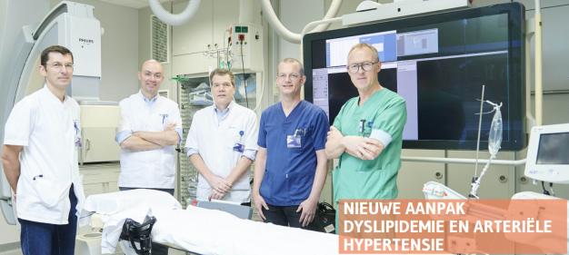 Foto artsen gespecialiseerd in hartziekten die met richtlijnen hoge bloeddruk werken