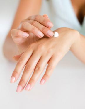 close-up handen, ene hand smeert andere in met creme