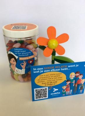 klein gadgetbloempotje en pot met kleurrijke snoepjes met kaartje
