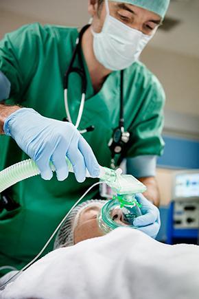 anesthesist verdooft patiënt