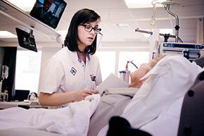 Verpleegkundige bij dialysepatiënt