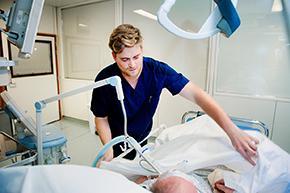 foto van verpleegkundige aan het bed bij een patiënt op de dienst intensieve zorgen