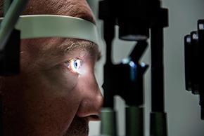 Foto van oogonderzoek bij een patiënt