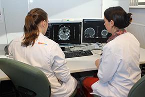 Dokters bekijken radiotherapiebeelden op hun computerschermen